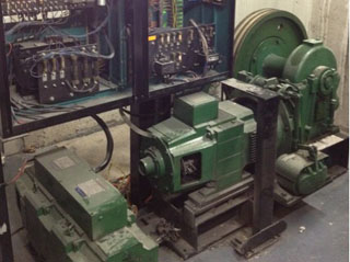 Двигател и асансьорно табло преди модернизацията